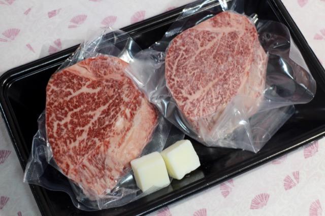 色鮮やかな赤身のステーキ