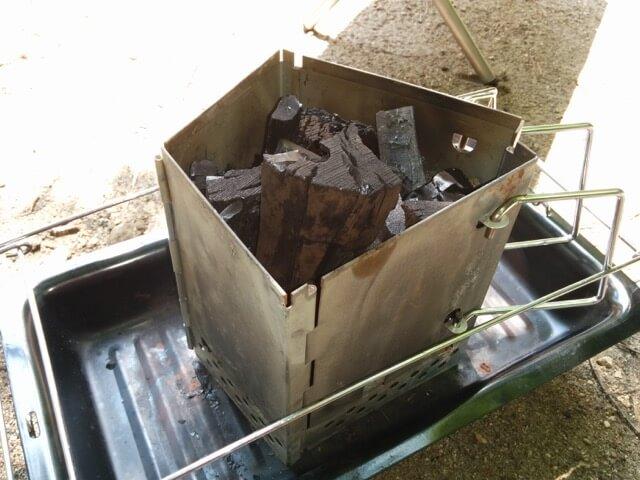 チャコスタを置き、炭を立てに入れる