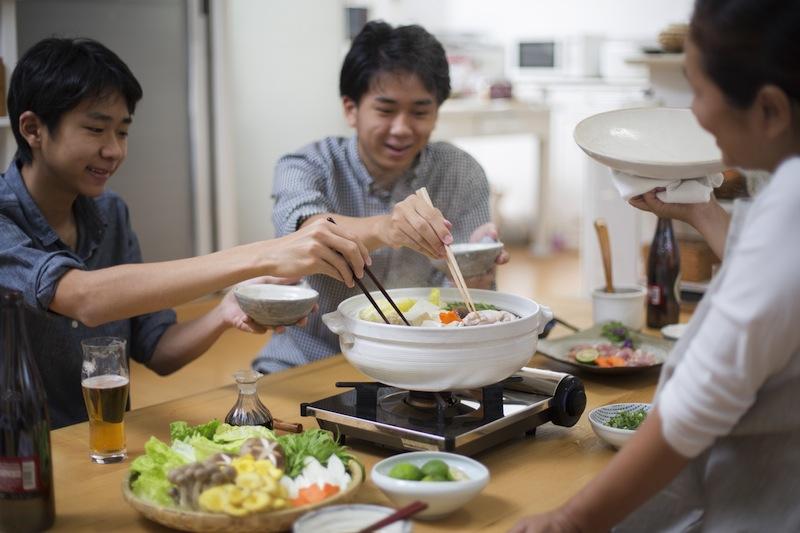 家族で鍋を堪能する図