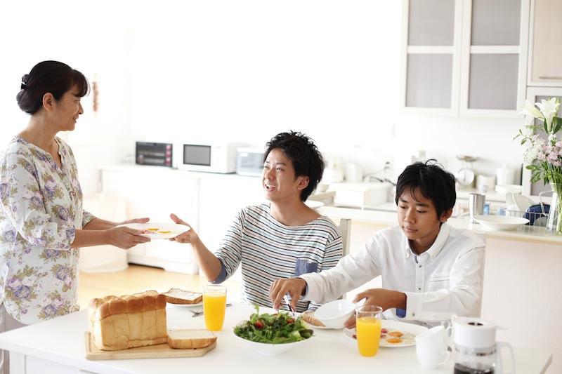 家族でご飯を食べる図